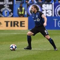 Samuel Piette, de l'Impact de Montréal, maîtrise le ballon au cours d'un match contre le Revolution de la Nouvelle-Angleterre.