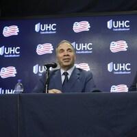 Il s'adresse aux médias en conférence de presse.