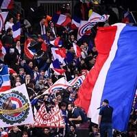 Des partisans agitent des drapeaux.