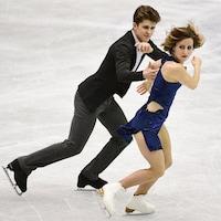 Les Canadiens Carolane Soucisse et Shane Firus en action sur la glace durant leur programme libre au Trophée NHK.