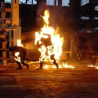 Deux cascadeurs en feu.