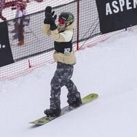 Le planchiste canadien Darcy Sharpe célèbre sa descente réussie en finale du slopestyle aux X Games d'Aspen, au Colorado.
