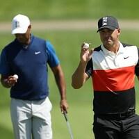L'Américain Brooks Koepka (à droite) a aisément distancé son partenaire de jeu Tiger Woods au terme de la première ronde.