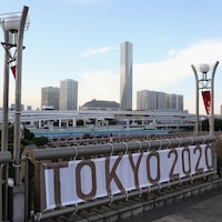 Un stade et une bannière Tokyo 2020