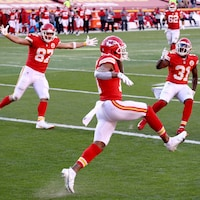 Travis Kelce, Demarcus Robinson et Darrell Williams célèbrent un touché des Chiefs de Kansas City.
