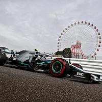 Il passe devant la grande roue du circuit de Suzuka.