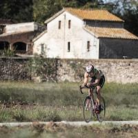 Un homme fait du vélo de route