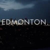 Vue aérienne d'Edmonton en soirée avec le texte Playoffs in Edmonton, les séries éliminatoires à Edmonton.