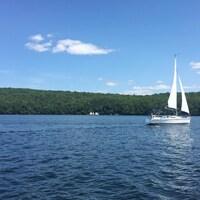 Un voilier sur le lac Memphrémagog