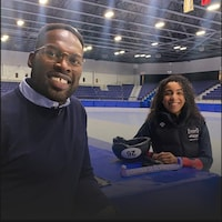 Photo de Xavier Jourson et d'Alyson Charles au bord d'une patinoire.
