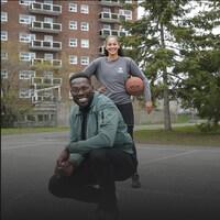 Photo de Xavier Jourson et de la joueuse de basketball Brigitte Lefebvre-Okankwu sur un court de basketball.