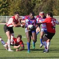 Photo d'une équipe de rugby jouant sur un terrain extérieur.