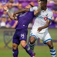 Le joueur de l'Impact met son bras sur la gorge de l'Orlando City SC.