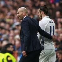 Zidane tape le dos de son joueur.