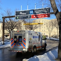Une ambulance Medavie en direction de l'Hôpital royal de Saskatoon en hiver.