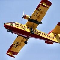 Un avion citerne de la SOPFEU vole en haute altitude.