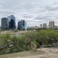 Centre ville de Saskatoon en été avec les nouveaux bâtiments à River Landing.
