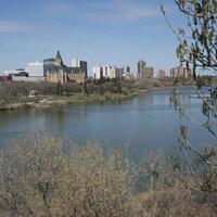 Une vue sur la Rivière Saskatchewan Sud et la ville de Saskatoon.