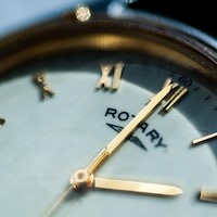 Gros plan sur une montre. Les aiguilles indiquent qu'il est 2 h.