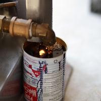 Une cannette de sirop d'érable en cours de remplissage.