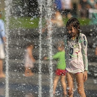 Une fillette dans un jeu d'eau.