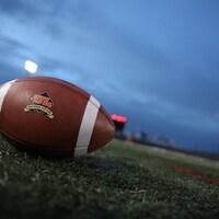 Un ballon de football aux couleurs du Rouge et Or de l'Université Laval.