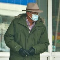 Un homme à l'extérieur porte un masque.