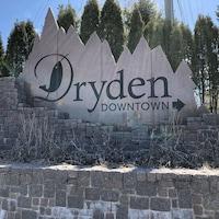 Panneau indiquant le centre-ville de Dryden, en Ontario.