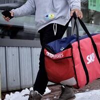 Un livreur de SkipTheDishes marche dans la rue le 4 janvier 2021 à Moncton au Nouveau-Brunswick.