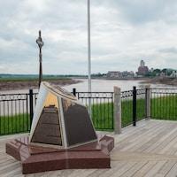 Le monument et la rivière derrière.