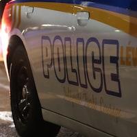 Une voiture du Service de police de la Ville de Lévis la nuit.