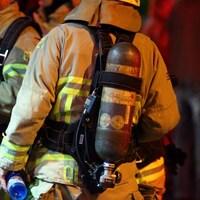 Des pompiers de dos.