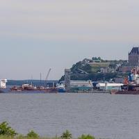Le fleuve, le château Frontenac et la vieille ville de Québec.