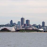 La ville de Québec et des installations portuaires.