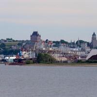 Les installations du Port de Québec avec, en arrière-plan, le château Frontenac.