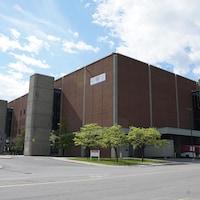 Une photo de la façade de l'édifice.