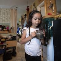 La petite Roseanna, qui vit avec sa mère Glenda Stevens à Kitigan Zibi, a toujours bu de l'eau en bouteille.
