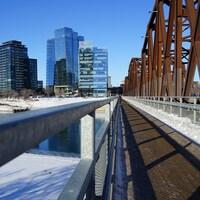 Le quartier River Landing, dans le centre-ville de Saskatoon, et le pont Traffic en hiver.