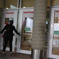 Un étudiant à l'entrée de l'Université Laval.