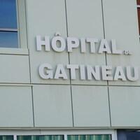 Un édifice vu de l'extérieur sur lequel est écrit, Hôpital de Gatineau.