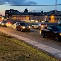 Une file de voitures à l'aurore à Québec.