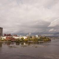 Vue de la ville de Gatineau sous un ciel orageux.