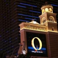 On voit l'affiche du spectacle, illuminée, sur la devanture de l'hôtel Bellagio.