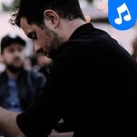 Le pianiste Jean-Michel Blais sur le toit d'Ubisoft en 2017