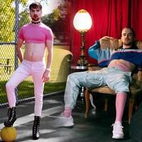 Les jumeaux Simon et Henri Kinkead, un debout le pied sur un ballon de basketball, l'autre assis sur un fauteuil.