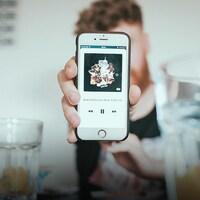 Un téléphone sur lequel on peut voir une application musicale