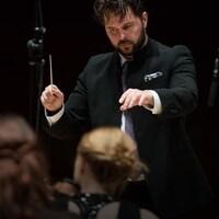 Le chef d'orchestre dirige ses musiciens.
