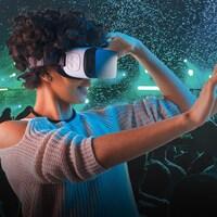 Une jeune femme portant un casque de réalité virtuelle dans un contexte de spectacle.