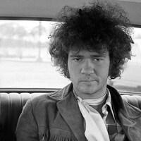 Robert Charlebois pose à ses débuts, foulard au cou, à l'époque de Lindberg, dans une voiture.