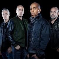 Cinq hommes posent devant un fond noir.
